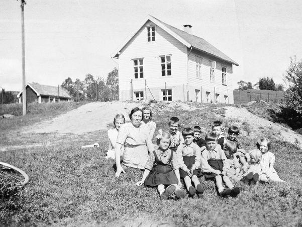 Skulebilete av born i Skor skule. Lærar var Orlaug Sognnes. Det var samla skule. Skulen vart nedlagd ca. 1965. Huset er i dag samlingshus for grenda. Til høgre ser vi skulehuset, til venstre uthuset.