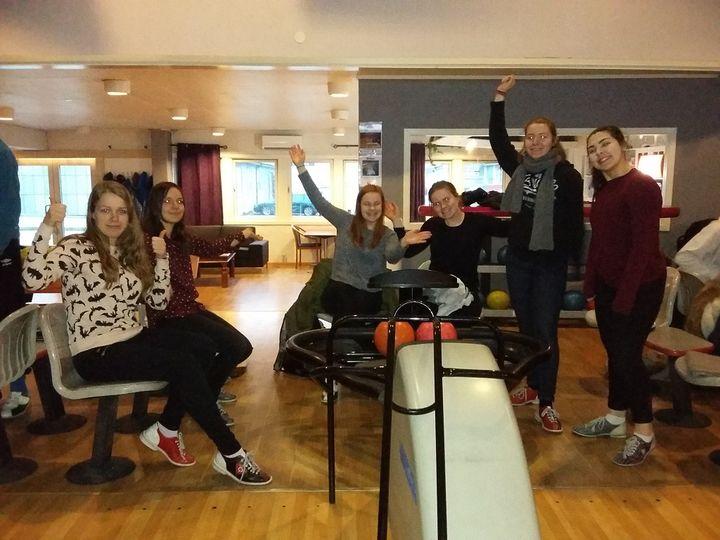 Kjekt på bowling: Marion, Hannah, Miriam, Anny-Terese, Klara og Madeleine.