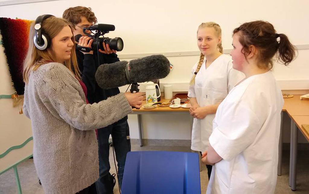 Bilete av elevar frå hafstad vgs som filmar og intervjuar elevar under Sogn og Fjordanemeisterskapet i yrkesfag den 16. februar 2017