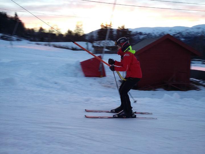 Klara debuterte på ski i trekket på Jølster Skisenter.