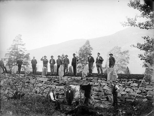 Vegarbeidarar ferdigstiller riksveg 15 ved Holmøyneset. Foto Isak Isaksen Hellebust ca 1911. Kjelde: Fylkesarkivet