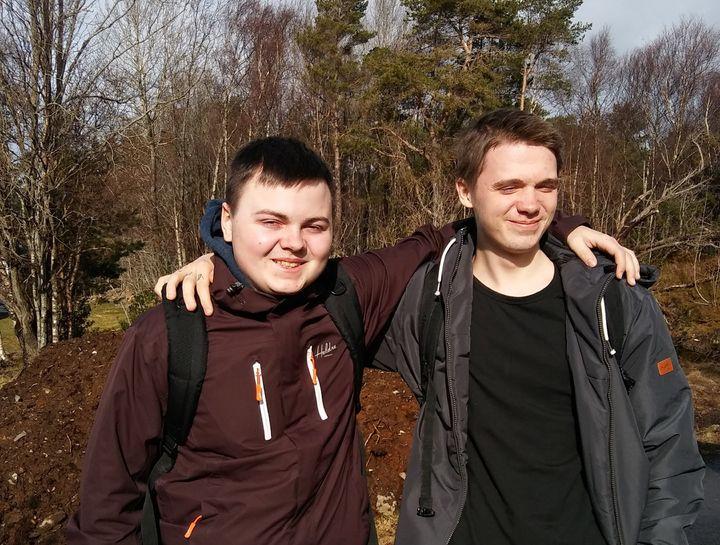 Torbjørn og Mathias frå Mangfold UB - fotografert i vårsola utanfor Flora vgs