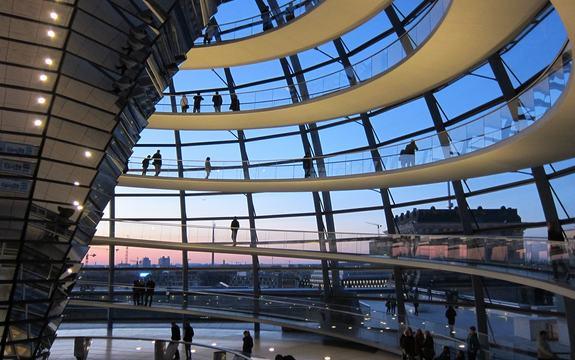 Bilde frå innsida av kuppelen på riksdagsbygningen i Berlin