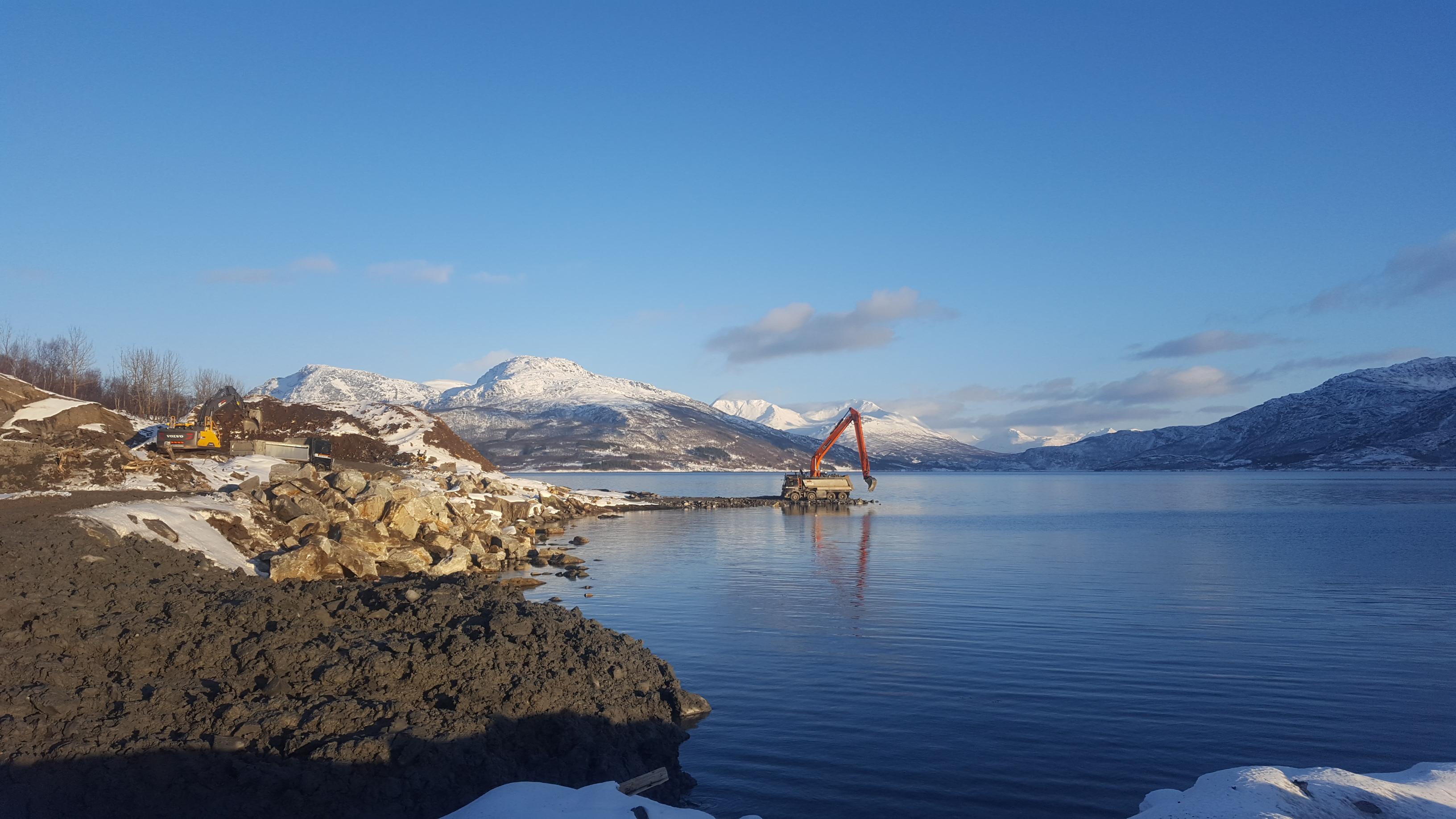 3. mars -17. En nydelig vinterdag i Ibestad og bygging av omramminssjete er startet.