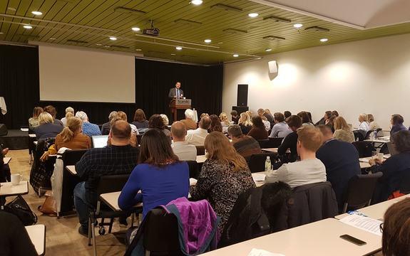 deltakarar høyrer på innleiar på Kulturkonferansen 2017
