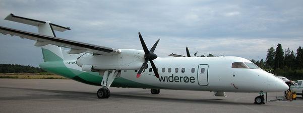 Foto som syner eit Dash 8 Widerøe-fly som står parkert på rullebana.