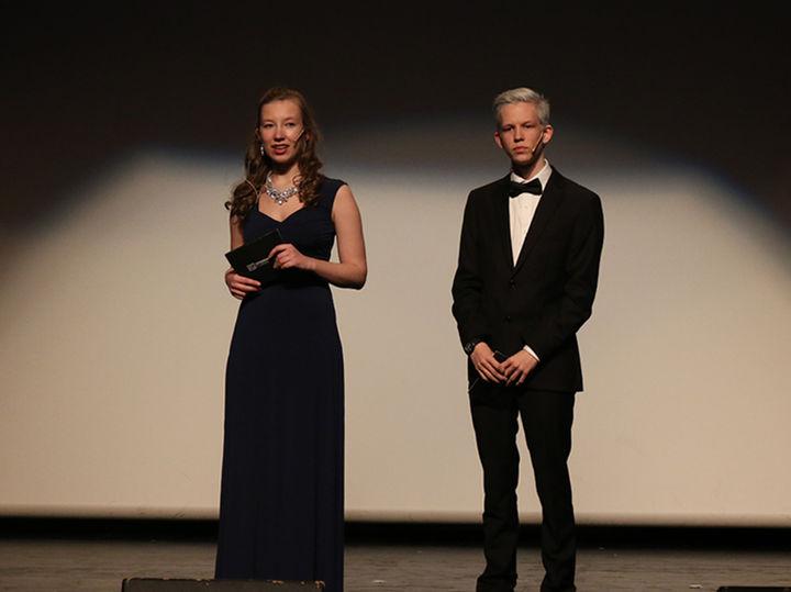 Programleiarane Magnus Førde og Veronika Vindedal tok publikum gjennom gallaen torsdag kveld. Foto: Jenny Eiken Mo