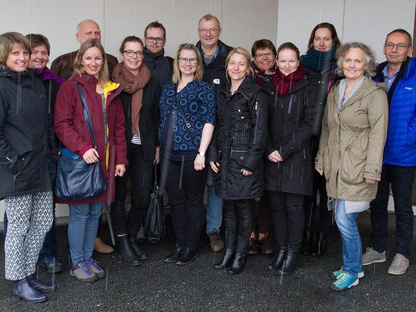 Foto av dei som deltok på oppstartsmøtet for eit klimaprosjekt mellom kommunane, fylkeskommunen og Vestlandsforsking i mars 2017. Det er 14 personar som er oppstilte på rekke.