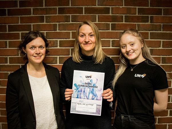 Foto frå tildelinga av Turboprisen 2017 til kommunane Sogndal, Leikanger og Luster. I midten står Hilde Breiskalbakken, som tok imot prisen. Ho er flankert av Eva Kristin Svidal i fylkeskommunen og Jenny Hatlelid Holsæter, som leiar Ungdommens ressursgruppe.