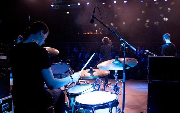 Foto frå UKM-festivalen 2017. Biletet er av bandet Jackbow frå Eid og er teke frå bak trommeslagaren. Vi ser vokalisten og gitaristen i bakgrunnen og publikum bak der att.