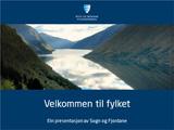 Foto som syner framsida av power point-malen til fylkeskommunen. Det er mørk blå bakgrunn, fylkeslogoen står øvst på sida, så er det eit bilete frå Fjærlandsfjorden, og under biletet står det Velkommen til fylket.