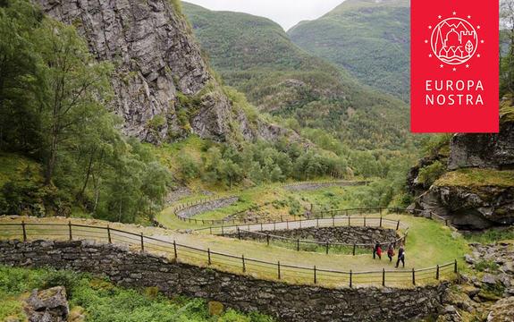 Foto av Kongevegen over Filefjell, med den raude logoen til Europa Nostra oppe i høgre hjørne.