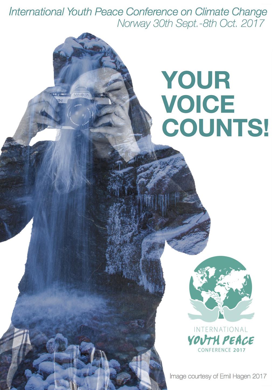 Plakat for International Youth Peace Conference i Sogn 2017. Plakaten syner ei ung jente med eit fotoapparat framfor ansiktet og teksten Your Voice Counts.