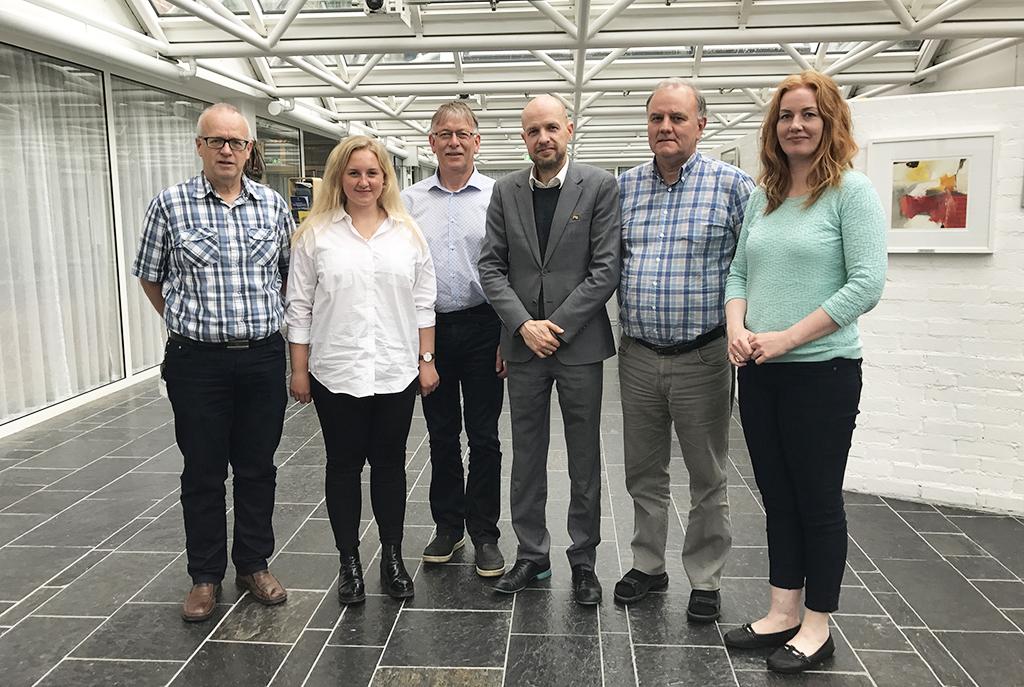 Foto av medlemmane i kontrollutvalet per mai 2017. Dei fem medlemmane og kontrollsjefen er fotograferte i lobbyen på Fylkeshuset.