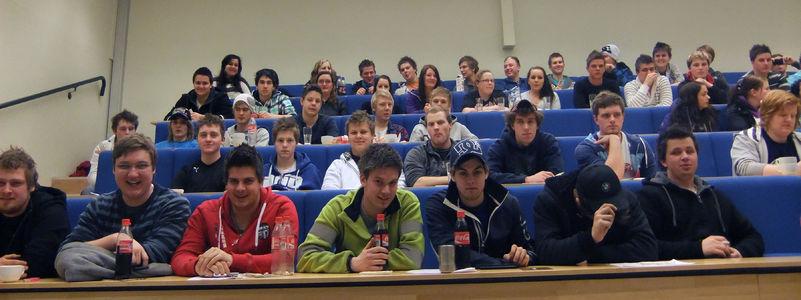 Lærlingar i vidaregåande opplæring sit i auditorium ved Luster vidaregåande skule. Vi ser dei forfra, tre rekker med elevar.