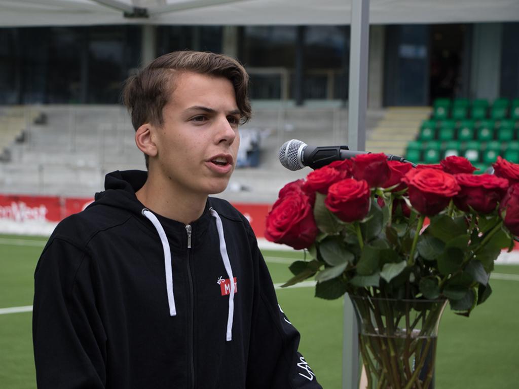 Elevrådsleiar Eirik Sundsøy held tale