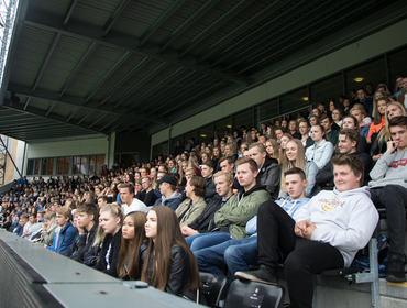 Opning av nytt skuleår - elevar på tribunen