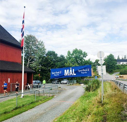 Etter nær 16 kilometer i kupert terreng på skogsveier og stier venter noen få meter med asfalt på vei inn mot målet ved Åsbygda skole i Ringerike og Buskerud. Foto: Geir Nilsen/Langrenn.com.