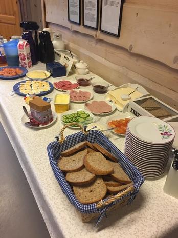 Bord dekket med brød og pålegg