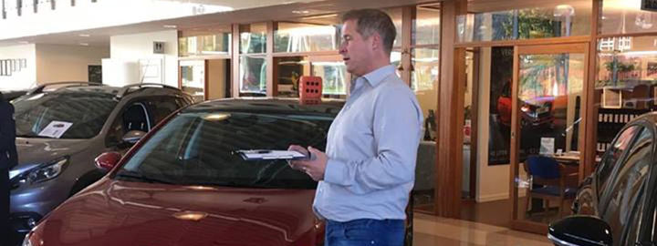 Økonomielevar på bedriftsbesøk hos Vest Auto på Nordfjordeid