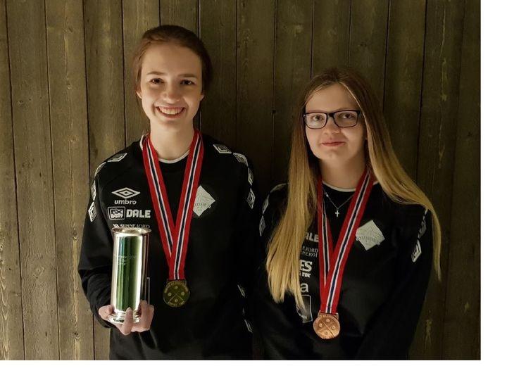 Nina og Katja viser fram NM-medaljane.