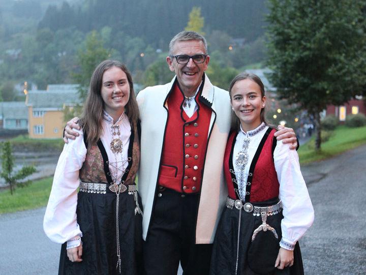 Sara, rektor Ole Jørgen og Hanna pynta og klare for middag med Dronninga.
