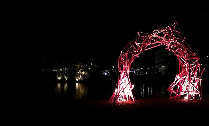 Portalen, nattebilete av Karoline Vie