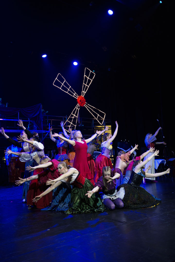Bilde frå Moulin Rouge musikal ved Firda vgs