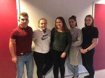 5 ungdommar representerer helsefagarbeidarar