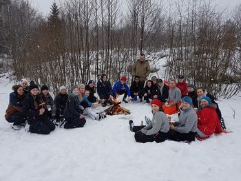 Glade elevar kosar seg ved bålet.