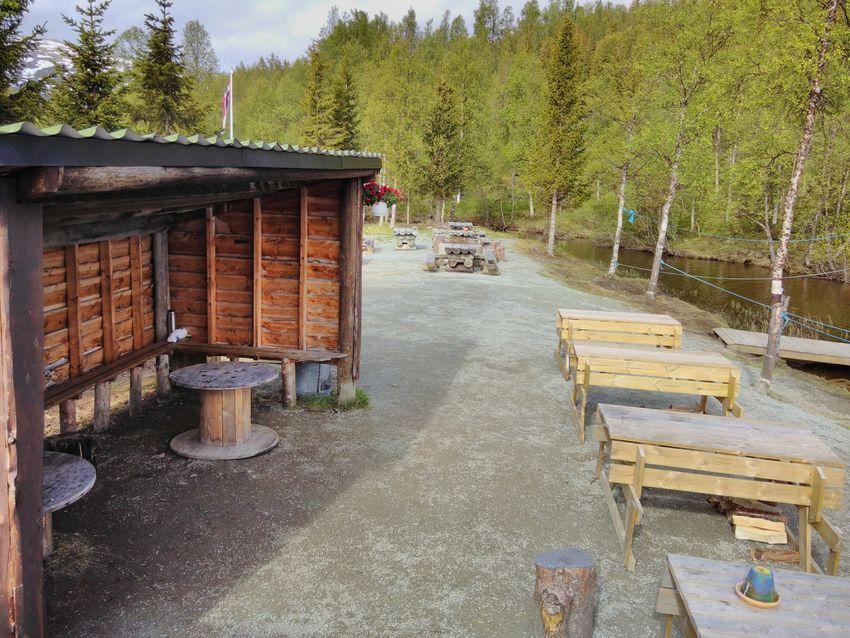 Gapahuk, bålplasser og bordbenker rett ved parkeringsplasser med nydelig utsikt over vannet. Foto: Maja Sjöskog Kvalvik.