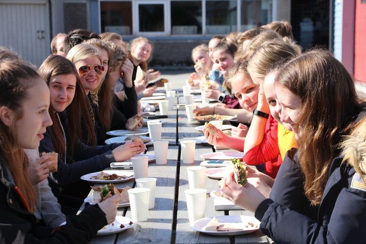 Elevar ved eit bord