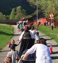 17. mai-toget på veg opp mot skuleplassen