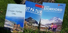 Rykende ferske turhefter for Balsfjord, Karlsøy og Storfjord. Foto: Maja Sjöskog Kvalvik