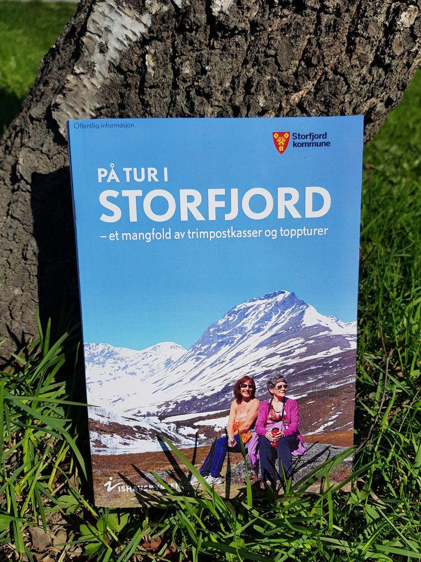 På tur i Storfjord - et mangfold av trimpostkasseturer og toppturer. Turheftet er et samarbeid mellom Storfjord kommune og Ishavskysten friluftsråd.