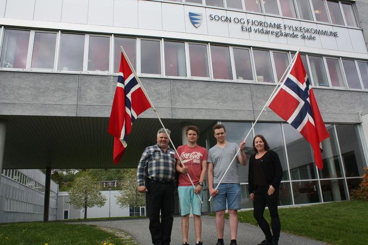 To elevar med flagg saman med to frå 17.maikommiteen.