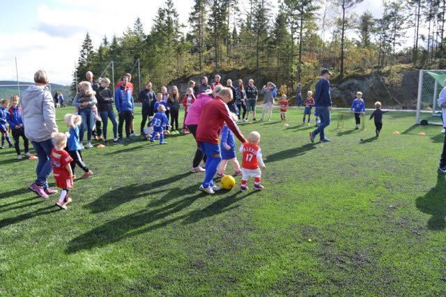 Bilde av barn i aktivitet på fotballbanen