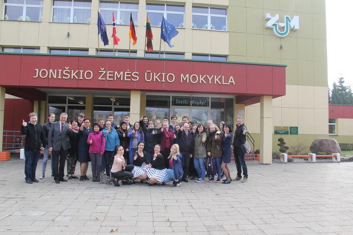 Deltakere Erasmusprosjektet foran en bygning i Joniskis i Litauen