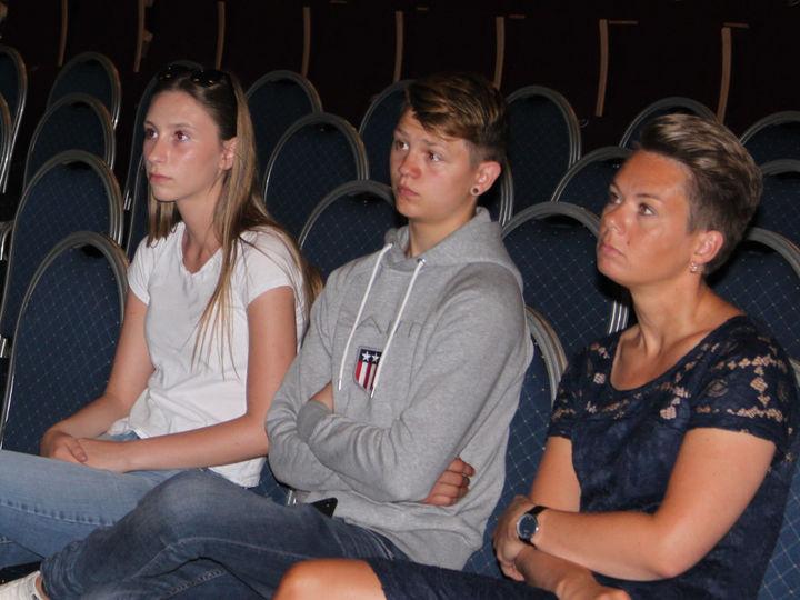 Leiar i Ungdomsrådet, Amila Adzemovic, nestleiar Tobias Aarvik og ordførar Kristin Maurstad