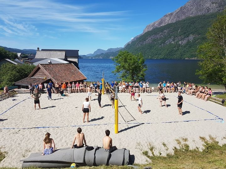 Elevar spelar volleyball i Badevikja