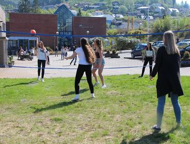 Elevar spelar volleyball