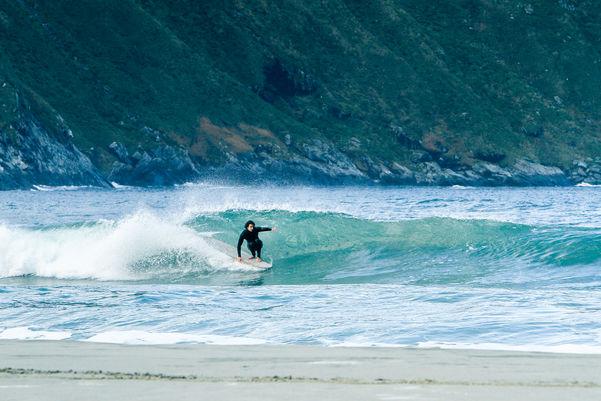 Mann surfer på bølger