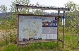 Velkommen til Karlsøy! Hovedplakat på Åbornes i Karlsøy kommune. Foto: Karlsøy kommune.