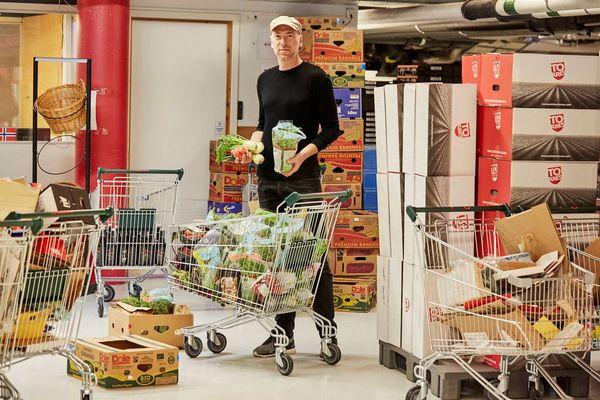 Bilde av Thomas Horne med handlevogner fulle av mat