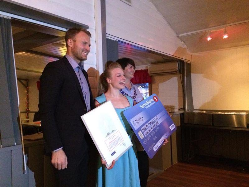 Maya Mi Samuelsen mottar kulturprisen for 2017 av banksjef Lars Nymo Trulsen og ordfører Mona Pedersen