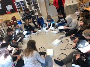 Elevene får utdelt sitt eget lærebrett