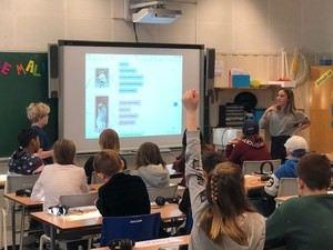 En av RIKTs representanter modellerer undervisning for lærerne