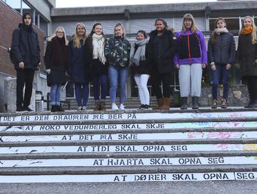 01 Gatekunst trapp ved Førdehuset
