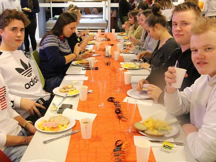 Elevar som kosar seg med gratis lunsj.
