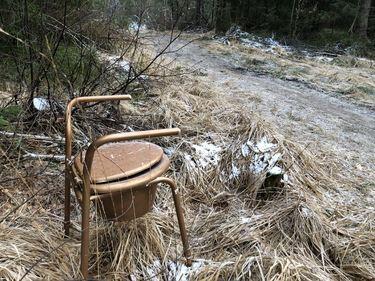 Bidle av toalettstol kastet i heia